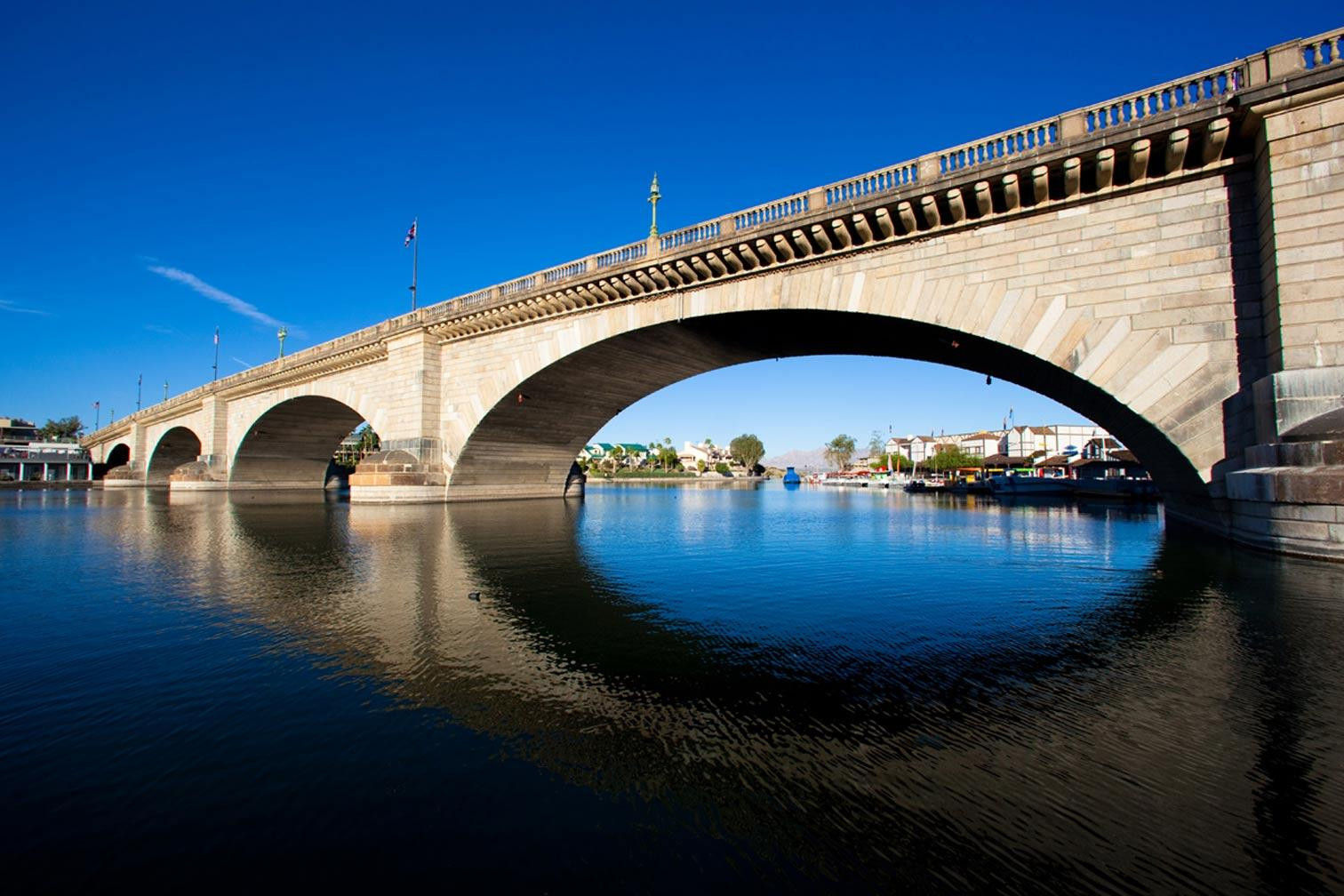 the london bridge The reconstructed london bridge was dedicated in lake havasu city on october 10, 1971 with many british and arizona officials participating in this event that drew 50,000 spectators.